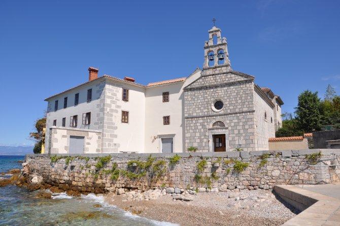 Kloster Glavotok auf Krk vor blauem Himmel