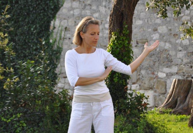 Sabine Barta bei Qigong Übung im Klostergarten