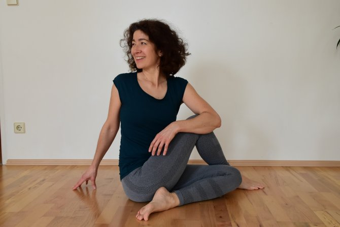 Yogaposition mit Nadja im DAO Zentrum